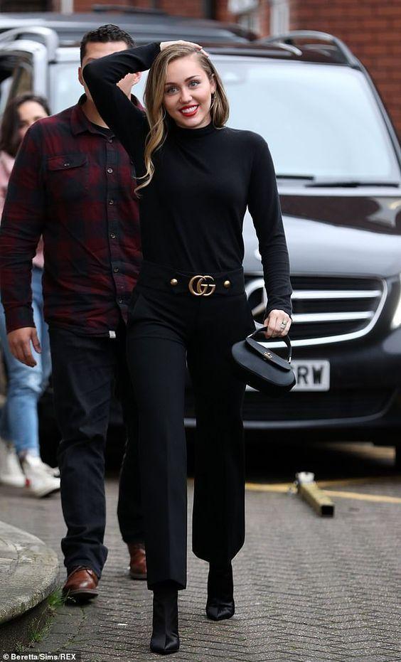El estilo de Miley Cyrus - #GuitaModa_ Cuello de tortuga negro, pantalones de cuero negro